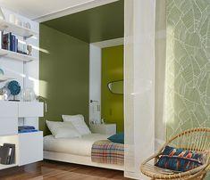 Une niche de #verdure. Le coin chambre se dote d'une #ambiance #nature avec ses murs et son plafond peints en vert et un papier peint à motif végétal. Une couleur très reposante propice à la rêverie. #vert #chambre
