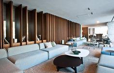 Dans le lobby, tables basses « Phoenix » (Moroso) et sofas « M.a.s.s.a.s » (Moroso) de Patricia Urquiola.
