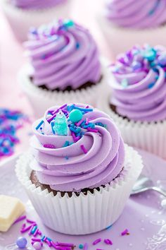 Chocolate cupcakes with a creamy white chocolate centre and purple buttercream. I had the idea for these chocolate cupcakes with the white chocolate filling Cupcake Fimo, Cupcake Cakes, Cupcake Party, Birthday Cupcakes, Purple Cupcakes, Yummy Cupcakes, Filled Cupcakes, Caramel Cupcakes, Sprinkle Cupcakes
