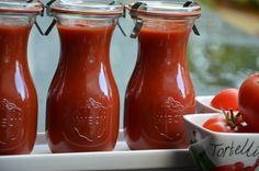 Heerlijk: Gezeefde tomaten inmaken, ze staan nu in de inmaakketel en zijn te gebruiken als basis voor: Bolognaisesaus, tomatensoep, tomatensauzen, tomatenketchup en veel meer.....