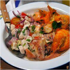 Trio de excepcionais marinados: suculento polvo (ponto perfeito!), ceviche de robalo e camarões de frescor evidente