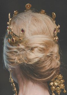 pretty hair and crown :sfilate: Dolce Gabbana F/W 2013 Detail Queen Aesthetic, Gold Aesthetic, Princess Aesthetic, Crown Aesthetic, Die Queen, Yennefer Of Vengerberg, Dolce Gabbana, Harrods, Fairy Tales