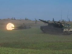 Members of 1st Regiment, Royal Canadian Horse Artillery and Lord Strathcona's Horse (Royal Canadians) advance on an objective with a Leopard 2A4 tank during live-fire Platoon level group attack during Exercise KAPYONG MACE at CFB Shilo, Manitoba on September 26, 2015.  Photo: MCpl Louis Brunet, Canadian Army Public Affairs AS01-2015-0029-008