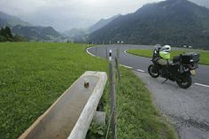 Aan bochten en vergezichten geen gebrek op weg in het Berner Oberland. #photography #travelphotography #traveller #canonnederland #canon_photos #fotocursus #fotoreis #travelblog #reizen #reisjournalist #travelwriter#fotoworkshop #willemlaros.nl #reisfotografie #moto73 #suzuki #v-strom #MySuzuki #motorbike #motorfiets  #myswitzerland #zwitserland #grandtour #lenk #simmental #fribourgregion #fb #tw