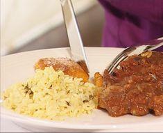 Tamatiebredie Hierdie bredie van die Albertinia Hotel is die rede hoekom mense van oraloor reis om te kom proe. South African Recipes, Ethnic Recipes, Stewed Tomatoes, Cooking Recipes, Healthy Recipes, Grubs, Recipies, Favorite Recipes, Beef