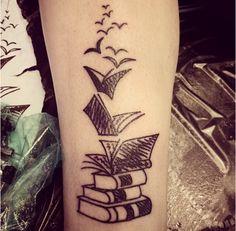 Olá, leitores! Na última semana, uma amiga me mostrou uma matéria que reuniu 36 tatuagens de amantes de livros e preciso dizer que al...