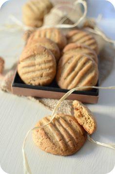 Cookies au Beurre de Cacahuètes Ingrédients : - 220 g de farine - 1 cuillère à café de bicarbonate de soude - 100 g de beurre ramolli - 110 g de beurre de cacahète - ½ cuillère à café d'extrait de vanille - 1 œuf - 60 g de sucre semoule - 60 g de cassonade - une pincée de sel