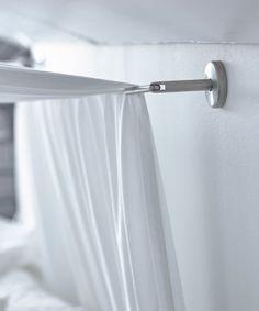 DIGNITET Stahlseil aus Edelstahl über einem Bett zur Befestigung des Betthimmels