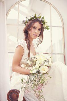 Peinado de novia: una trenza y corona de flores
