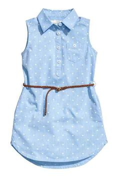 Sleeveless shirt dress in a patterned cotton weave with a collar, button placket, chest pocket, side pockets and a rounded hem. Slightly longer at the back. Frocks For Girls, Kids Frocks, Little Girl Dresses, Girls Dresses, Baby Dress Design, Frock Design, Baby Girl Fashion, Kids Fashion, Kids Outfits