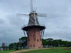 Maior moinho da América Latina. O Moinho Holandês de Holambra, chamado Povos Unidos, com seus 38,5 metros de altura (9 andares)e pesando mais de 90 toneladas, é o maior moinho da América Latina. O moinho foi construído em 2008 de acordo com os moinhos na província Holanda do Sul. O Moinho Povos Unidos é uma réplica fiel de um tradicional moinho holandês moedor de grãos, e conta com pás de 25 metros de comprimento.
