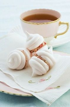Macarons and tea 👌 Lemon Meringue Cookies, Meringue Cookie Recipe, Cookie Recipes, Tea Recipes, Tea Cookies, Cookies Et Biscuits, Confiteria Ideas, Gift Ideas, Macarons