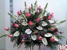 Ramo de defunción con antirrhinum Potomac, rosas Engagement, anthurium Angel, brassicas Crane, paniculata y verdes variados.
