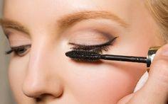 Du tuschst deine Wimpern schon jahrelang und denkst, im Umgang mit deiner Mascara bist du ein Profi? Von wegen! Diese Fehler begehst du garantiert ...