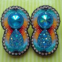 Another pair done today, hopefully I can squeeze another one in before the sun goes down. ☀️#beadwork #beadedearrings
