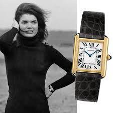 Jackie O Cartier Uhr 91 und schwarzer Rollkragenpullover 101