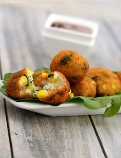 An innovative snack of cooked rice, luscious sweet corn kernels and healthy spinach bound together by cheese and thick sauce, coated with batter and bread crumbs, and deep-fried till crisp. The Corn, Spinach and Rice Balls feature a perfectly crisp top la Baby Food Recipes, Indian Food Recipes, Vegetarian Recipes, Snack Recipes, Cooking Recipes, Cooking Rice, Rice Recipes, Recipies, Vegetarian Appetizers