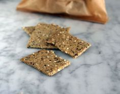 Se per caso non ne potete più di mangiare gallette di riso o siete stanchi di spendere un patrimonio per comprare i cracker senza glutine, ho la ricetta che fa per voi! Gustosissimi crackers a base di fiocchi d'avena, semini, olio extravergine d'oliva, e un pizzichino di sale. Ricetta low FODMAP, vegan e senza glutine (se utilizzate l'avena certificata 'gluten-free' o i fiocchi di grano saraceno).