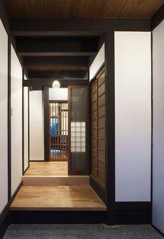 風情漂う京都西陣の一角、間口の広さを生かし、屋内にコンパクトカーが駐車できる現代的機能を併せ持った、大きな吹き抜けのある町家です。 Japanese Castle, Japanese Architecture, Kyoto, Room, Furniture, Home Decor, Bedroom, Decoration Home, Room Decor