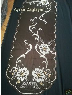 This Pin was discovered by iğn Cross Stitch Borders, Cross Stitch Flowers, Crewel Embroidery, Bargello, Table Linens, Table Runners, Crochet, Diy And Crafts, Handmade