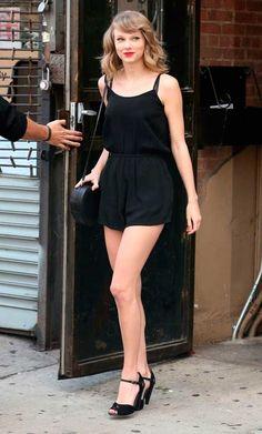 Taylor Swift usa macaquinho preto e sandália preta