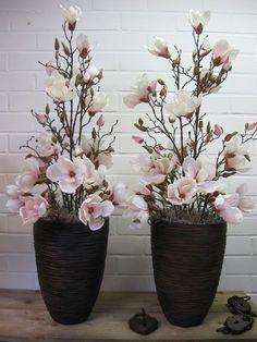 Zijdebloemenbestellen.nl - Eenvoudig maar mooi, potten opgemaakt met zijdebloemen. Gemaakt van zachtroze magnolia's in diverse lengtes.