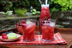 Receta fácil para preparar limonada de cerezas en casa con cerezas frescas, limones, agua y azúcar (o miel de abeja).