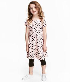 Kolla in det här! CONSCIOUS. En klänning i mjuk trikå av ekologisk bomull med tryckt mönster. Klänningen har kort ärm och är avskuren i midjan med klockad kjol. - Besök hm.com för ännu fler favoriter.