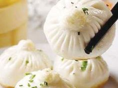 Shengjian Nantou is a type of small, pan-fried baozi (steamed buns) which is a specialty of Shanghai. What Are Dumplings, How To Cook Dumplings, Fat Duck Restaurant, Meat Bun, Real Chinese Food, Shanghai Food, Sweet Sticky Rice, Pork Buns, Steamed Buns