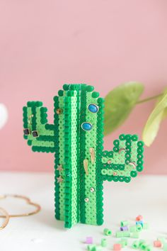 DIY Kaktus-Ohrringhalter aus Bügelperlen Creative DIY aus Bügelperlen: Earring holder in cactus form from Hama self-ironing beads Perler Bead Designs, Perler Bead Templates, Hama Beads Design, Diy Perler Beads, Perler Bead Art, Hamma Beads 3d, Peler Beads, Fuse Beads, Beading Tutorials