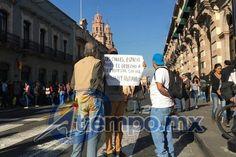 Presuntos estudiantes de un grupo que se autodenomina Izquierda Revolucionaria protestan frente al Palacio Legislativo; se oponen a la iniciativa para regular las marchas y las manifestaciones públicas en Michoacán ...