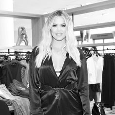 BABY NEWS: Khloe Kardashian confirma su embarazo  Más info en la bio. #ThinkingFashion #HarpersBazaarMx #BazaarMx - Culture and #Fashion - Women's #Dresses and Shoes - Purses and Accessories - #Luxury Lifestyles of Rich and Famous - Editorial Campaigns - Bargain #Shopping Ideas - Style and Beauty News - Best Designer Brands - Runway Photography - Supermodels