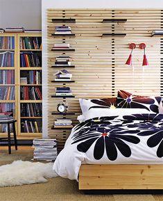 Čelo je sestaveno z několika laťových roštů Mandal, mezi latě lze libovolně vkládat malé poličky (IKEA)