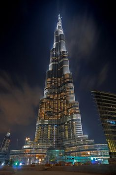 Burj Khalifa, Dubai, United Arab Emirates Love it Cantilever Architecture, Futuristic Architecture, Beautiful Architecture, Places To Travel, Places To See, Places Around The World, Around The Worlds, Naher Osten, Dubai City