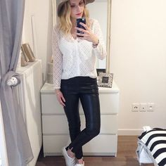 B l a c k & W h i t e • Blouse (newco) @modeinelo => code promo -10% avec ju10 • Leggings #zara • Tennis #sandro  #ootd #outfit #outfitoftheday  #outfitpost #instamood #instafashion #instalook #fashion #fashionista #fashionblogger #fashiongram #myoutfit #dailylook#igdaily #streetstyle #fblogger #whatiworetoday #me #metoday #instalike #like4like #followme #follow4follow #vsco #vscocam #instadaily  Happy vendredi 😘