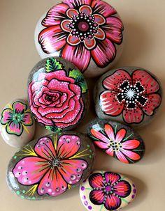 Galets peints, fleurs tons rouges