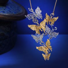 The maxi necklace of Alegoría, the first line of the new Universo collection, is composed of a kaleidoscope of seven dynamic butterflies, four of them crafted in yellow gold and diamonds and the other three in white gold and pink sapphires. The filigree of lace in white gold suggests a diaphanous fabric and the pavé of diamonds on the butterflies simulates delicate drops of dew. Beauty, essence and evocation as an allegory of life. #carreraycarrera #universo #Alegoria #pinksapphire