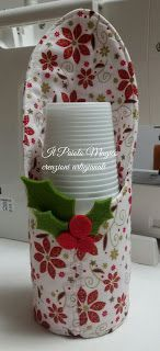 A GRANDE RICHIESTA HO PREPARATO IL TUTORIAL DEL PORTA BICCHIERI IN TESSUTO . HO SCELTO UN UNA STOFFINA MOLTO CARINA , NATALI... Diy Arts And Crafts, Hobbies And Crafts, Felt Crafts, Crafts To Make, Diy Crafts, Sewing Crafts, Sewing Projects, Artisanal, Bottle Crafts
