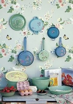 Papel de parede e panelas coloridas podem decorar de forma criativa a sua cozinha ; Deco Retro, Green Home Decor, Granny Chic, Vintage Love, Retro Vintage, Kitsch, Cottage Style, Cottage Chic, Vintage Kitchen