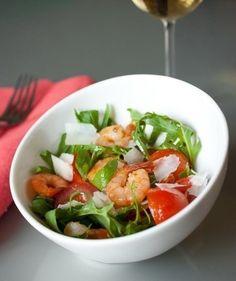 Салат из руколы, креветок и помидорок-черри