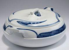 Henry van de Velde. 'Whiplash' dish with cover, 1903-04. H. 12.5 cm, 30 x 26 cm. Made by KPM Meissen, prior to 1924. Porcelain, white, glazed, textured 'Whiplash' pattern, blue underglaze. Marked: Maker's mark, artist's signet, 31, 1, 71.  |  Estimate: 3,000-3,500 EURO, May 10, 2016