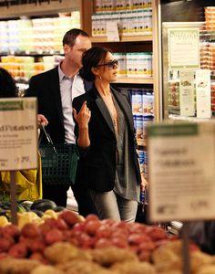 """Victoria Beckham levando os filhos para tomar frozen yogurt no final de semana: Victoria Beckham indo ao supermercado em NY: O que me faz concluir que a Birkin vinho de crocodilo maravilhosa que ela usou nas duas ocasiões é a bolsa """"pra bater"""" dela rsrsrsrs! Vicky, my dear, não precisa humilhar, né?"""