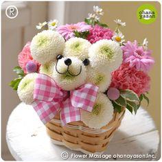 キュート!ポンポンマム(菊の花)で出来たクマのフラワーアレンジメント。Cute! An animal doll made with chrysanthemums.