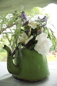 Bouquet in a teapot Love Flowers, My Flower, Fresh Flowers, Beautiful Flowers, Wedding Flowers, Lavender Flowers, Summer Flowers, Flower Vases, Deco Floral
