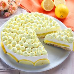 For the decoration, whip up 250 ml of already sweetened cream and add a few drops of yellow food coloring. We fill a pastry bag and start decorating. We make many small tufts on the surface. Slice a lemon and arrange the slices along the edge of the cake. Baking Recipes, Cookie Recipes, Dessert Recipes, Torte Cake, Pie Dessert, Macaron, Just Desserts, Italian Recipes, Tiramisu