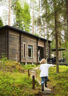 Moderni piilopirtti metsän keskellä | Meillä kotona Taste Of Nature, Timber Cladding, Shed Roof, Lake Cottage, House In The Woods, Bungalow, Tiny House, Beach House, Exterior