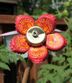 Bottle Cap flower finally, something to do with those bottle caps! Bottle Top Crafts, Bottle Cap Projects, Fun Crafts, Diy And Crafts, Crafts For Kids, Diy Projects To Try, Craft Projects, Craft Ideas, Beer Cap Crafts