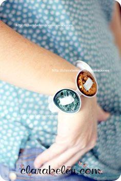 Esta pulsera tan graciosa se hace en un minuto. Cápsulas de Nespresso y un lazo        y en un poquito más el cinturón ;)