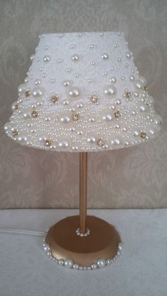 Dome lamp covered in fabric, with pearls and stras.- Abajur com cúpula revestida em tecido, com pérolas e stras. Dome lamp covered in fabric, with pearls and stras. Lamp Shade Crafts, Diy Para A Casa, Diy Luminaire, Pearl Crafts, Shabby Chic Lamp Shades, Diys, Lamp Cover, Diy Chandelier, Bedroom Lamps
