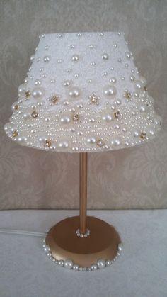 Dome lamp covered in fabric, with pearls and stras.- Abajur com cúpula revestida em tecido, com pérolas e stras. Dome lamp covered in fabric, with pearls and stras. Diy Home Crafts, Diy Arts And Crafts, Lamp Shade Crafts, Diy Para A Casa, Diy Luminaire, Pearl Crafts, Shabby Chic Lamp Shades, Diys, Lamp Cover
